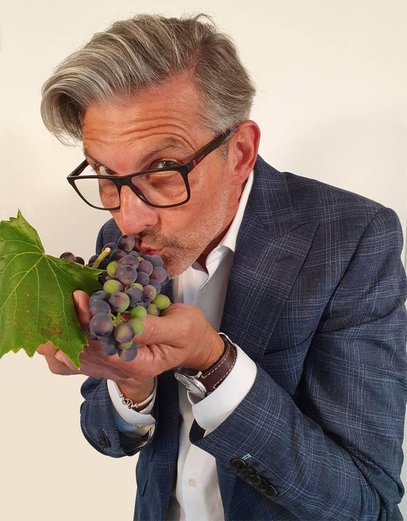 Michael Kugel küsst Weintraube