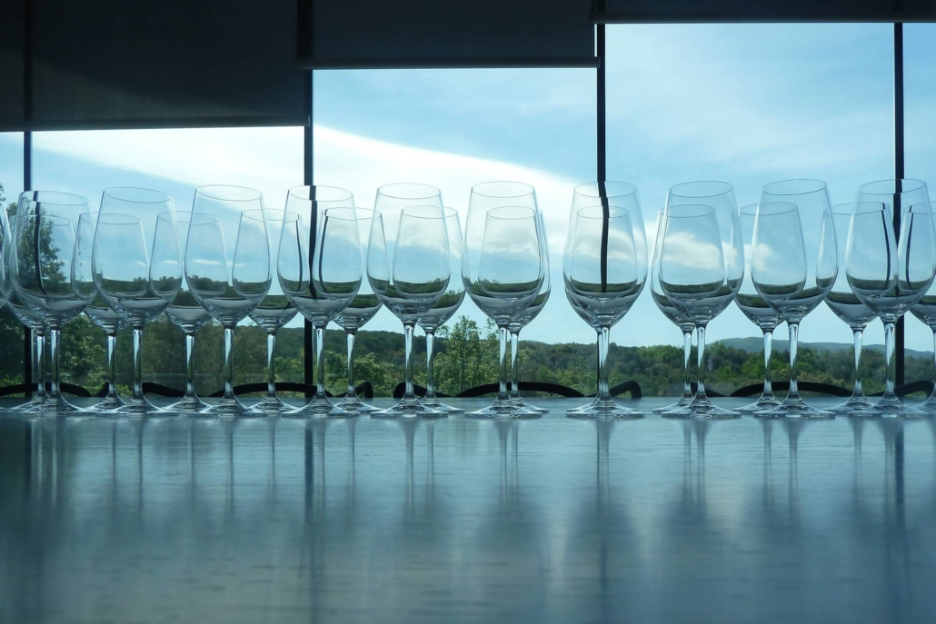 WEINtipp - Weingläser vorm Fenster
